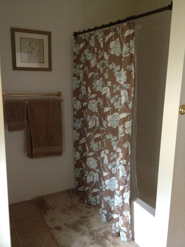 샤워도 할 수 있는 욕조가 마련되어 있습니다.