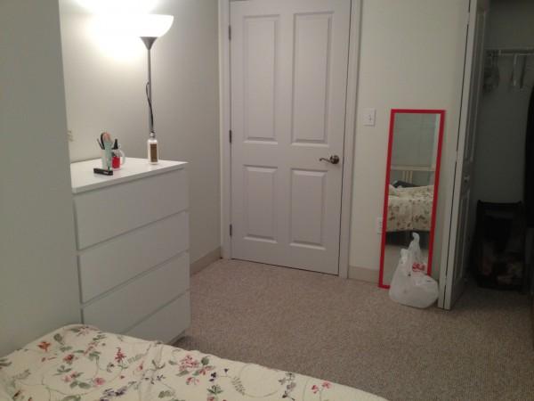 방은 보시다시피 굉장히 깔끔하고 쾌적합니다^^ 방 크기도 충분하구요~ 오른쪽으로 closet과 책상이 들어갈 정도로 여유있어요.