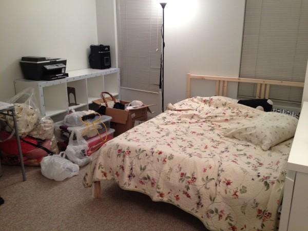 방의 다른쪽 사진이구요~ 제가 이사들어온날 찍은 사진이라 방이 어수선한 점 양해바랍니다 ㅎㅎ 더블침대를 놓고도 여유가 있을 정도입니다.