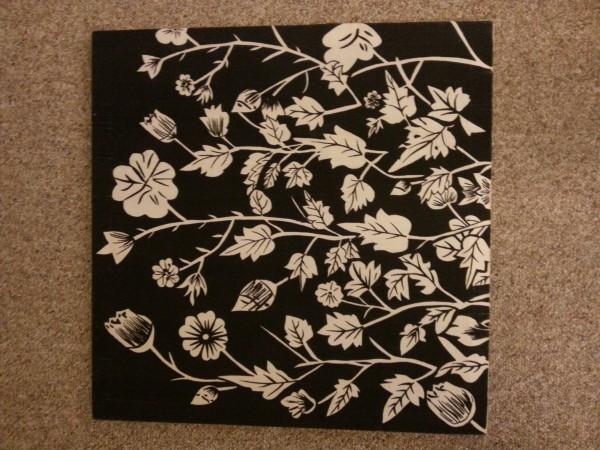 꽃그림액자 ($30) - 천에 흑백으로 프린트된 그림이고 정사각형 가로 세로 약 50센치 프레임입니다.