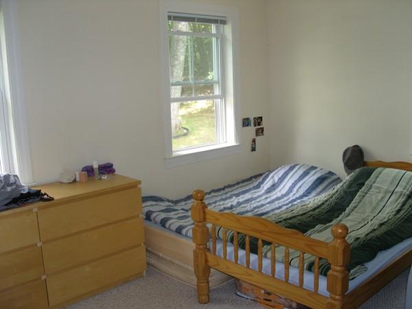 2층: 베드룸 2(벽 맞은편엔 붙박이장 옷장이 구비 되어 있습니다.)